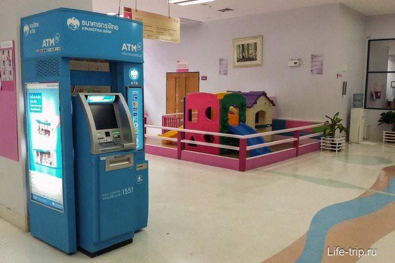 Есть банкоматы, детская площадка, вообще места много