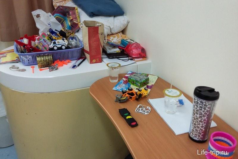Накупили в госпитале игрушек, чтобы хоть как-то успокаивать во время процедур