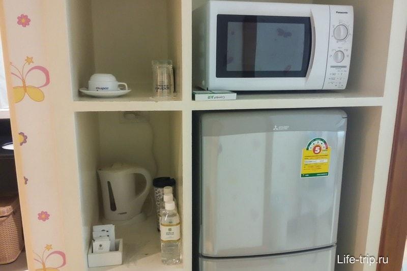 Есть холодильник, чайник и микроволновка, очень удобно