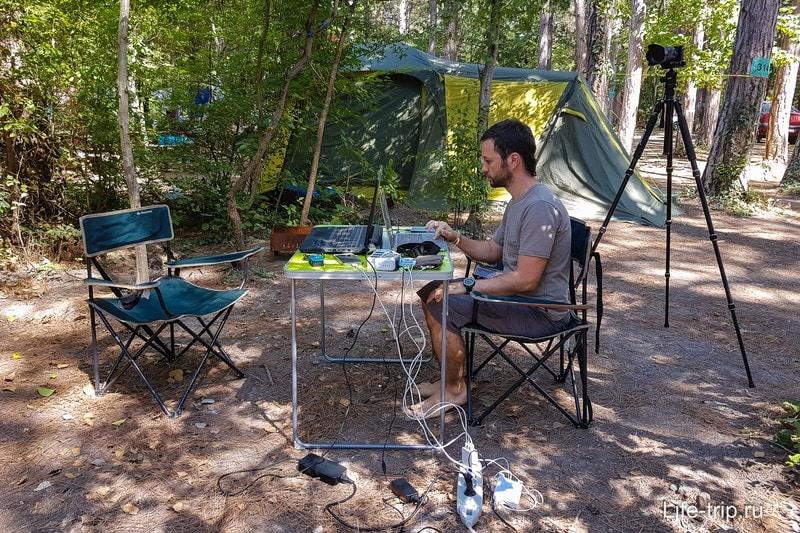Только в последний день догадались попросить провести нам розетку прямо в палатку