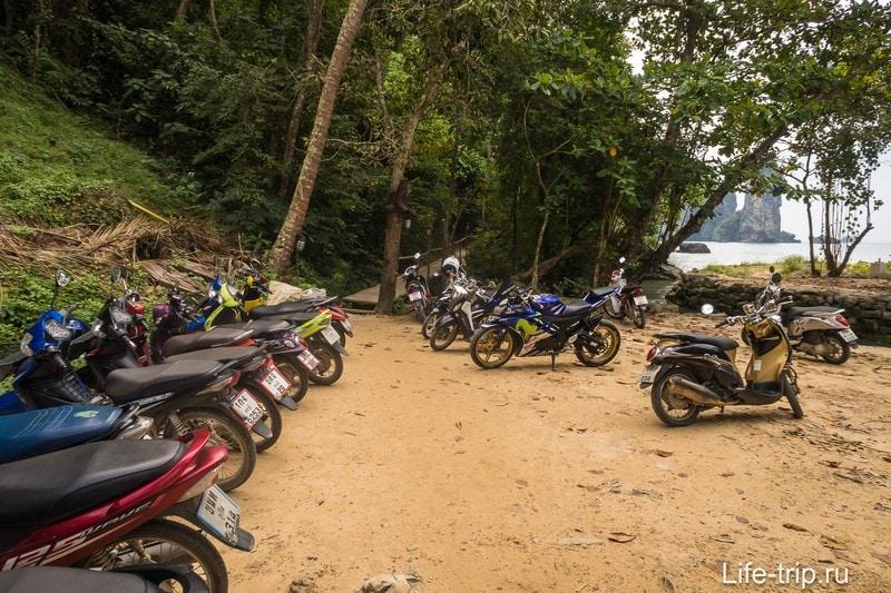 Парковка находится через речку от пляжа Ао Нанг