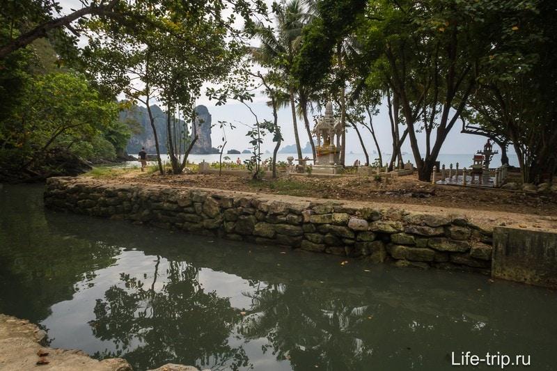 Речка довольно глубокая и широкая даже в сухой сезон, и в воде там куча гадости со всего Ао Нанга