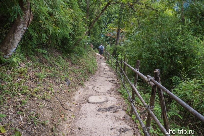На тропе на вершине перевала можно передохнуть около трёх минут пешком