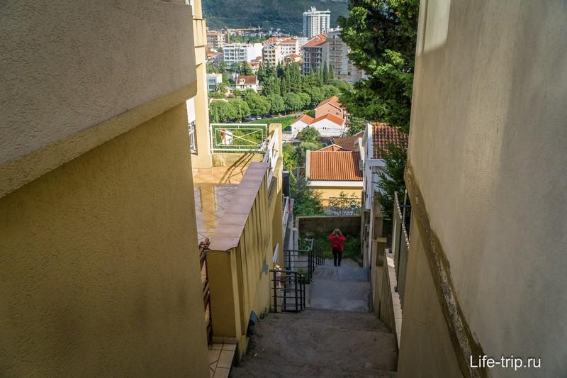 Очень много лестниц, среда недоступная для колясок