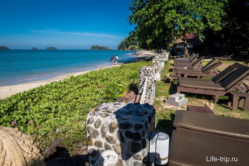 Лежаки стоят на территории отеля, но очень близко к морю