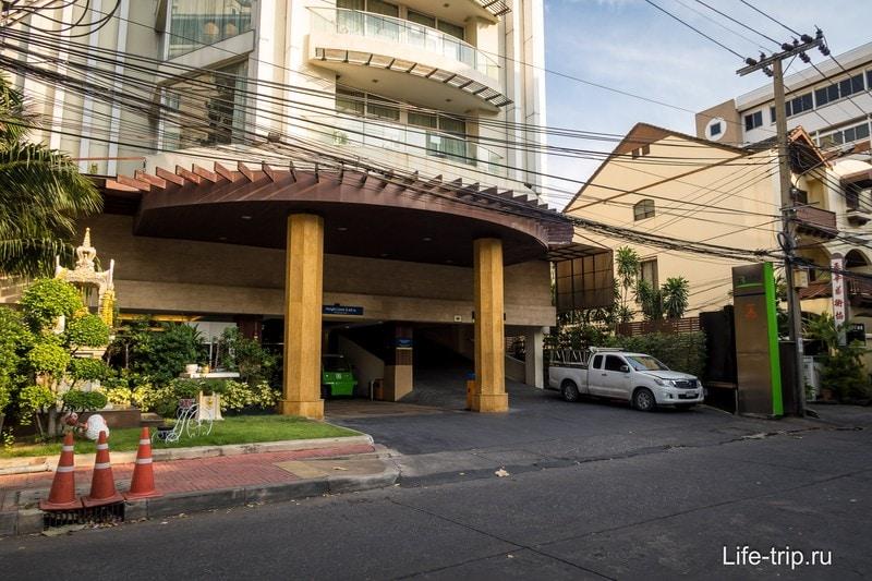 Отель в Бангкоке с бассейном на крыше - Lohas Residences
