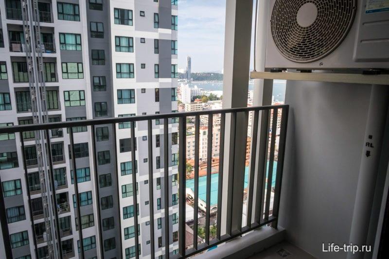 На балконе блок от кондиционера, так себе решение, но так почти везде