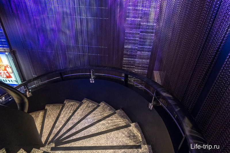 После лифта винтовая лестница на самый верх