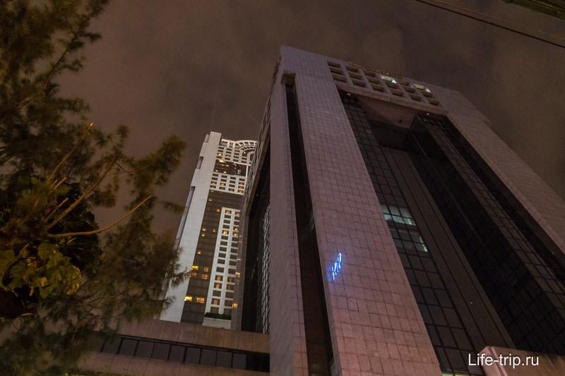 Здание Banyan Tree Bangkok не кажется высоким снизу