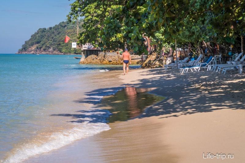 По пути в правый конец пляжа, надо пройти скалы