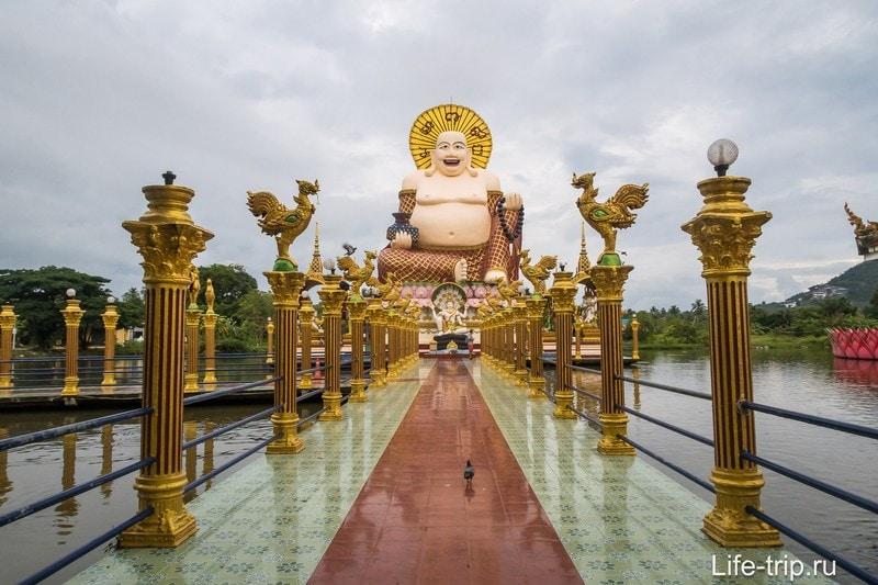 Это Хоттэй. Вокруг него стоят индуистские божества размером поменьше