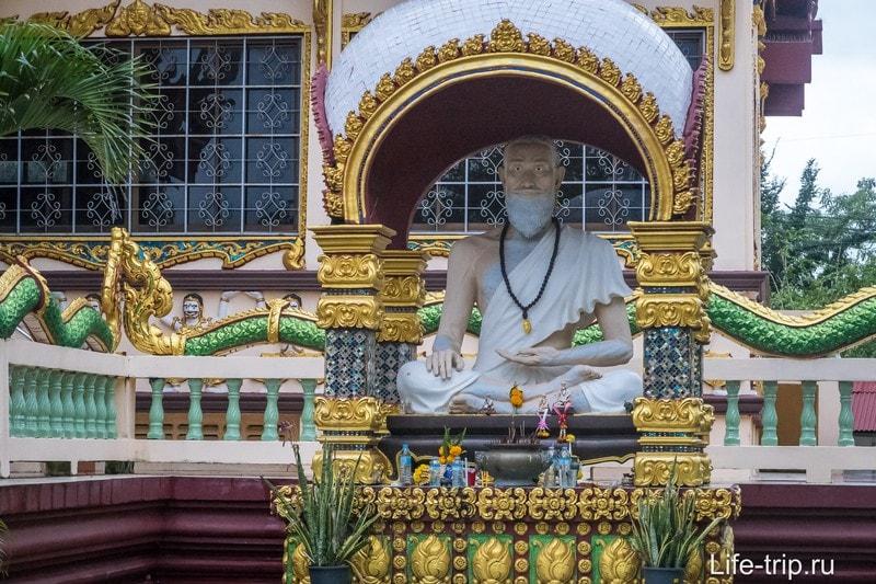 Около храма сидит аскет