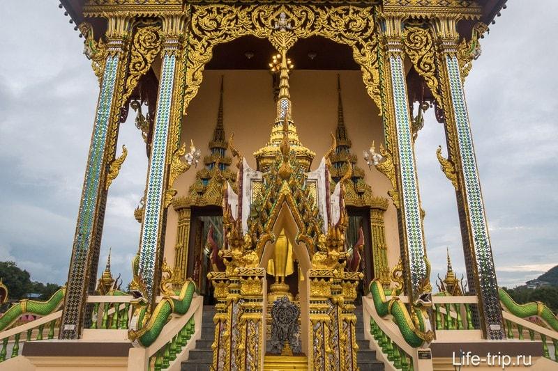 Не забывайте снимать обувь перед входом в храм
