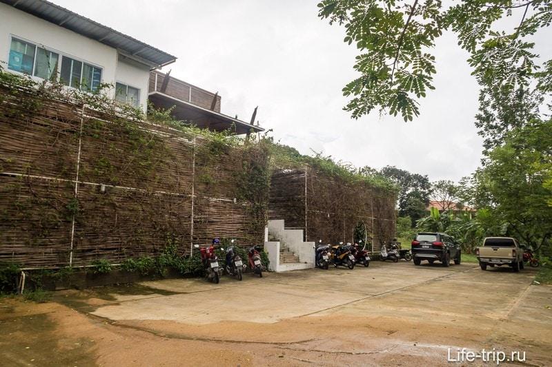 Парковка перед главным входом