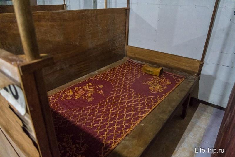 Моя деревянная кровать с циновкой