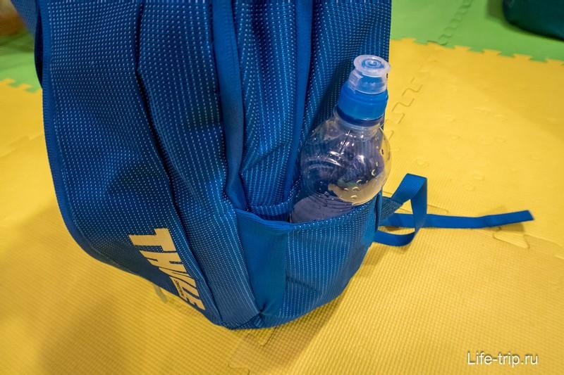 По краям карманы для бутылки с водой