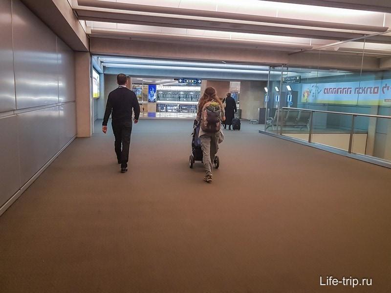 Сотрудник аэропорта ведет нас в министерство абсорбции