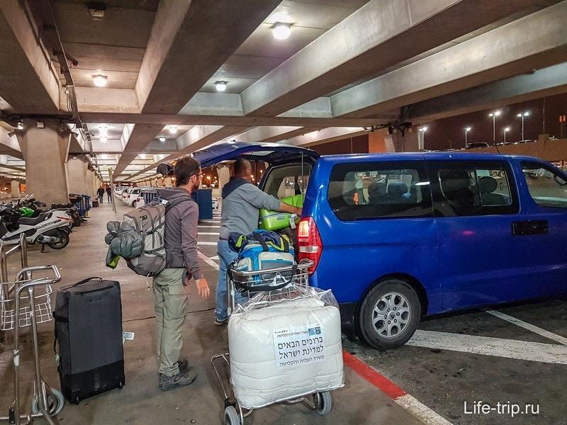Загружаем кучу чемоданов багажник