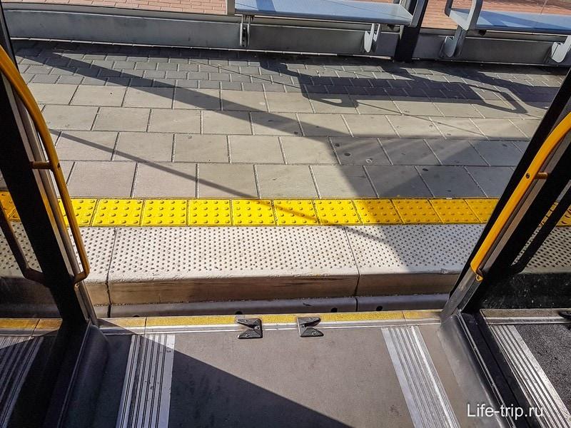 Вход/выход из метронита очень удобен, на том же уровне