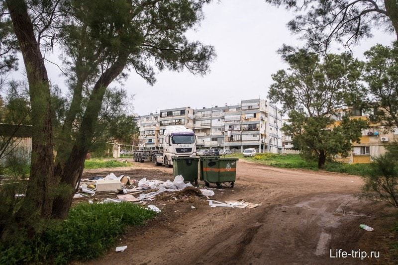 Мусор на улице в районе Неве Давид