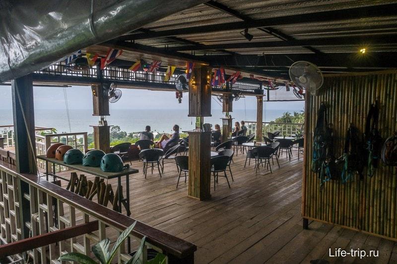Ресторан и смотровая площадка, справа на стене висит снаряга для зип-лайна
