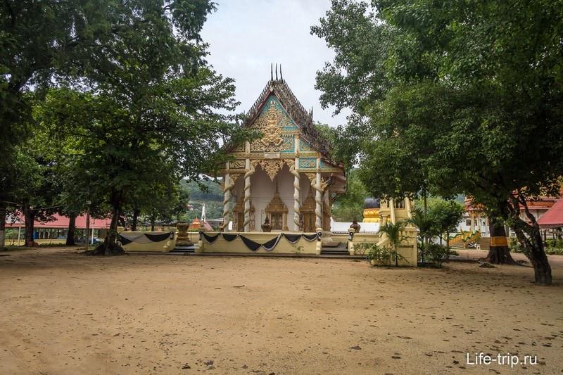 Территория храма довольно обычная