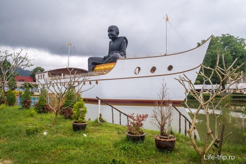 Черный монах сидит на лодке