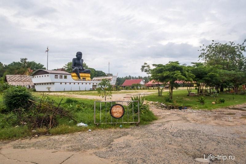 Огромная черная статуя монаха Луанг По на лодке - еще один храм на Самуи