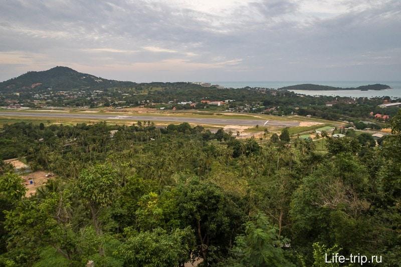 Взлётка самуйского аэропорта и холмы района Плай Лэм