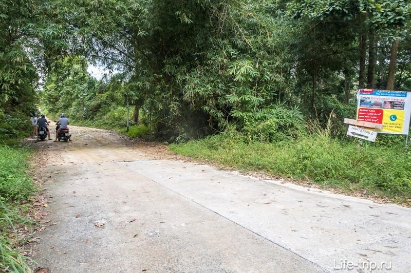 Это знаки на грунтовке, от которой начинается путь к водопаду