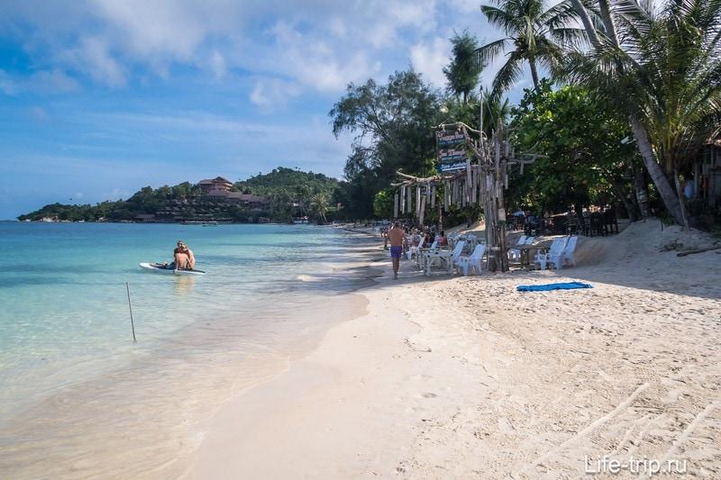 Справа начинаются ресторанчики. Полоски на песке видите? Это пляж граблями чистили рано утром.
