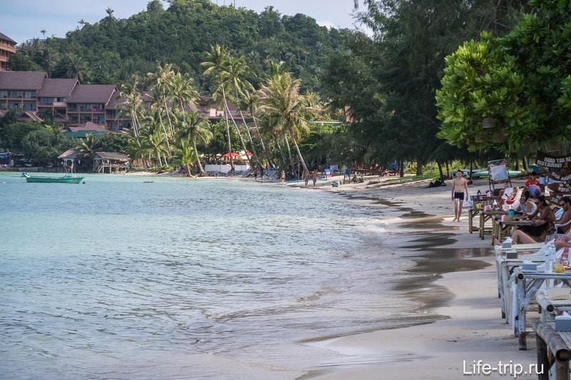 Ширина пляжа вдалеке становится минимальной, не разляжешься.