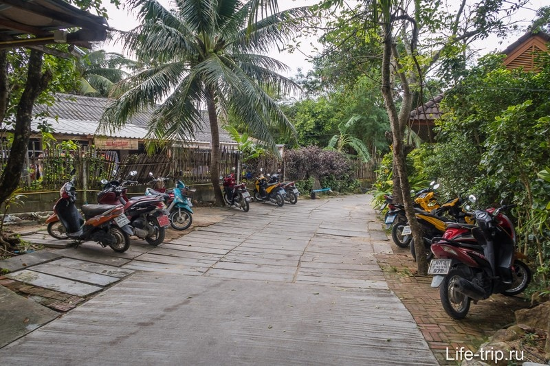 В конце дороги будет парковка, дальше - пешком через территорию резорта