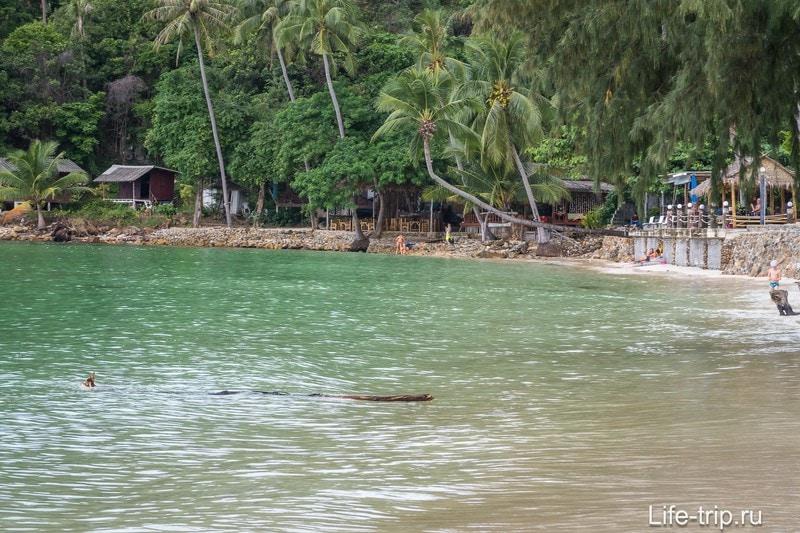 Берег близко к воде и в штормовое время года домики тут страдают
