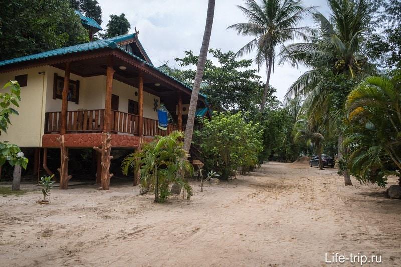 Путь к пляжу проходит по территории резорта Wang Sai Resort