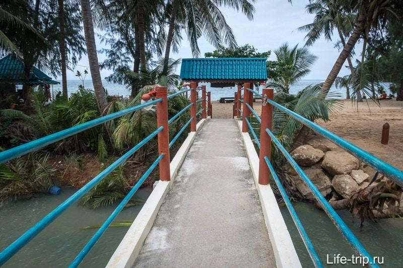 Позади мостика - пляж Мае Хаад
