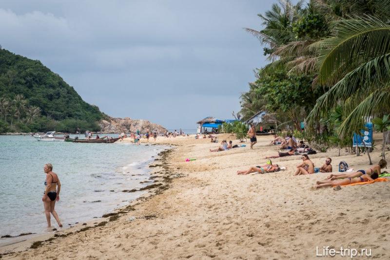 Сезон дождей неприятен тем, что море постоянно выбрасывает на берег тонны какого-то мусора