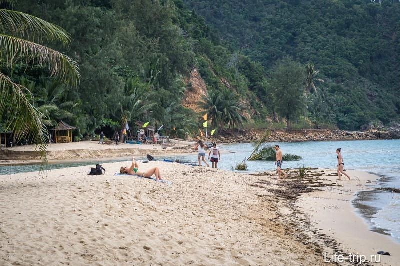 А это размытый речкой пляж в центре западной части Мае Хада