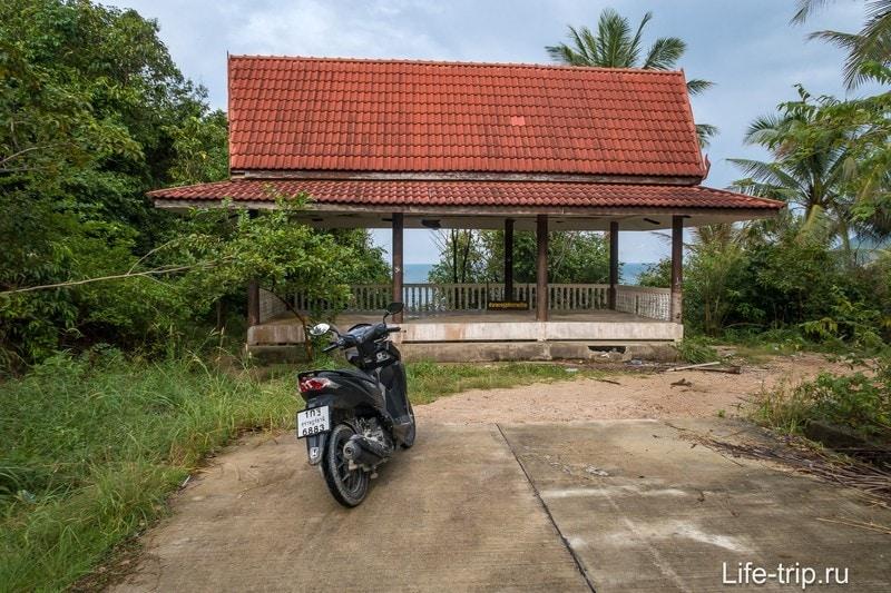 Пляж Ао Хин Нгам, парковка у лестницы