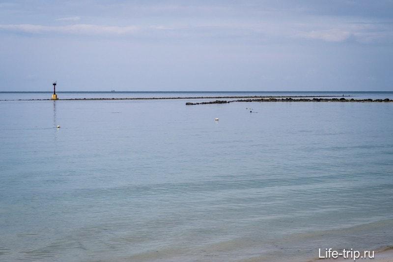 Море мелкое, на горизонте - гряда камней, поднятых со дна