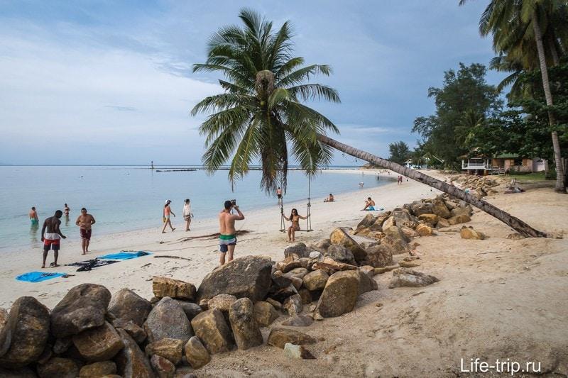 Пляж узкий и подвержен размытию, поэтому много камней и искусственных участков берега