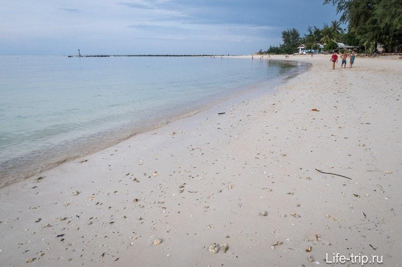 Много камней в песке, босиком не очень комфортно