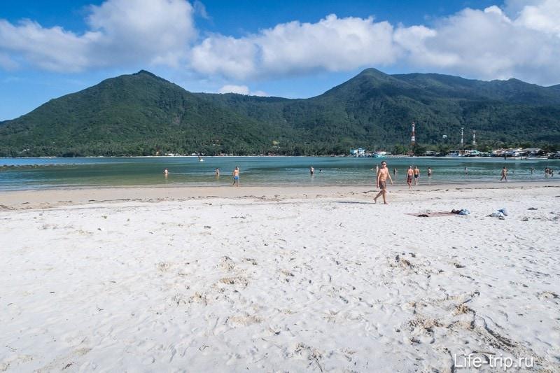 Вид прямо перед собой - горизонт закрывает соседний край пляжа с горами