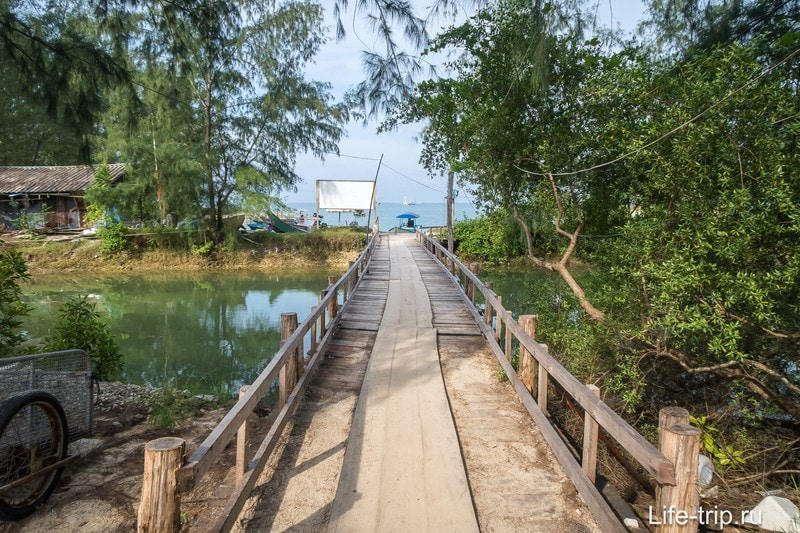 По мостику попадаем на тропинку ведущую к резорту Phangan Cove