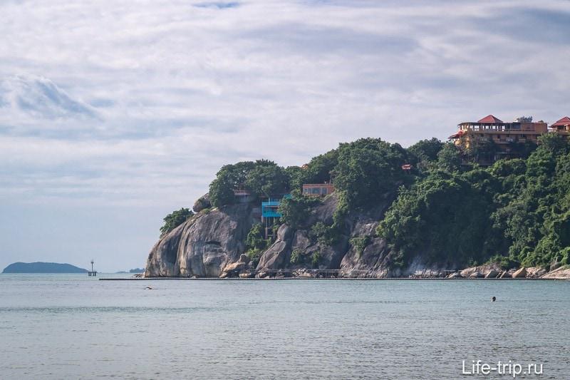 Самый правый край Лила Бич, на скале стоит индийский отель с красивым святилищем.