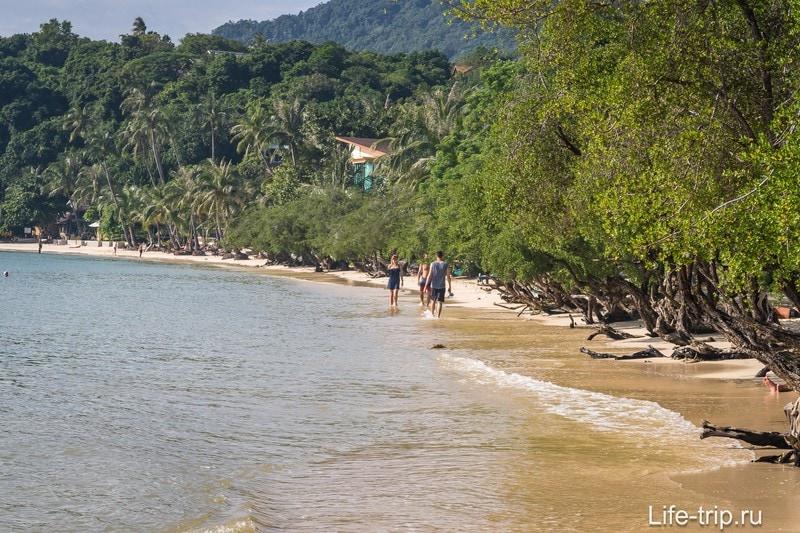 Прилив. Обратите внимание - пляжа местами почти нет.