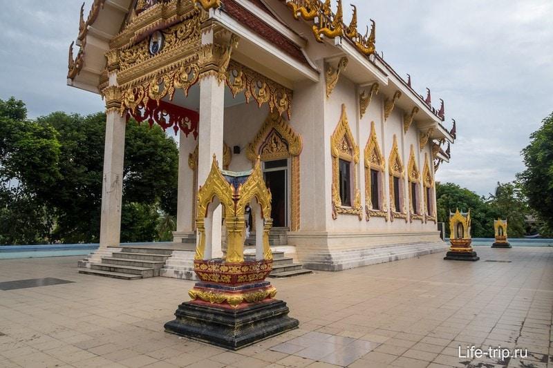 Основное строение храма закрыто