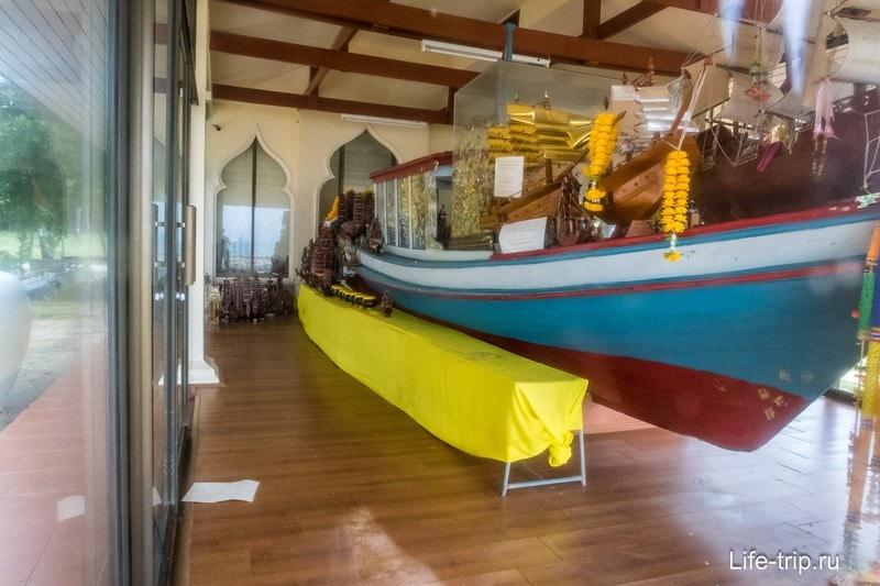 Домик с лодкой и статуей монаха