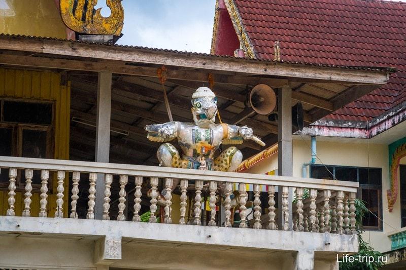 Странная фигура на балконе