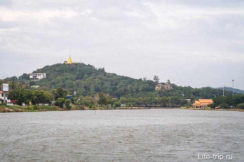 Вид на пагоду со стороны озера Чавенг